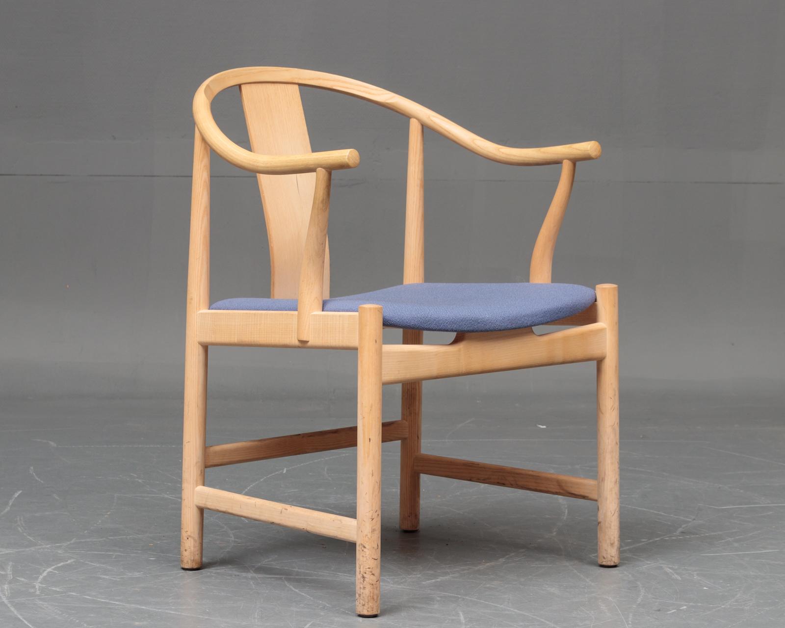 Hans J. Wegner. Kinastol af ask, model PP66 - Hans J. Wegner. Kinastol med stel af ask, sæde beklædt med blåt uldstof, H. 80 cm, B. 56 cm, SH 43 cm. Formgivet i 1944. Fremstillet hos PP-Møbler, model PP66. Fremstår medbrugsspor, mærker på ben. Litteratur: Hans J. Wegner - En stolemager...