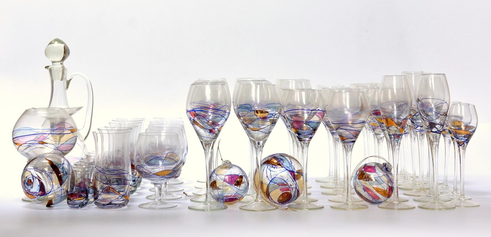 Papillon mundblæste og hånddekorerede glas, karaffel samt glaskugler - Papillon mundblæste og hånddekorerede glas dekoreret i farver samt guld, bestående af; 12 vinglas H. 24 cm., 14 vinglas H. 23 cm., 4 champagneglas H. 26 cm., 6 dessertglas H. 20 cm., 4 cognacglas H. 14 cm. (heraf et glas med mindre fejl ved kant),...