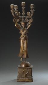 Kandelaber af patineret bronze i form af stående kvinde i lette gevanter til 5 lys.