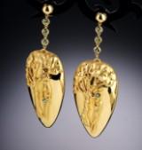 Et par store dråbeformede ørelokker af 18 kt. guld i Art Nouveau stil med Eva i Edens Have. London 2009