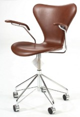 Arne Jacobsen, office chair with armrests, model 3217, mocha-coloured leather