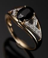 Ring af 9 kt. guld, med safir og diamanter.