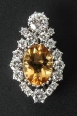 A brilliant cut diamond / yellow quartz pendant, 18 kt white gold