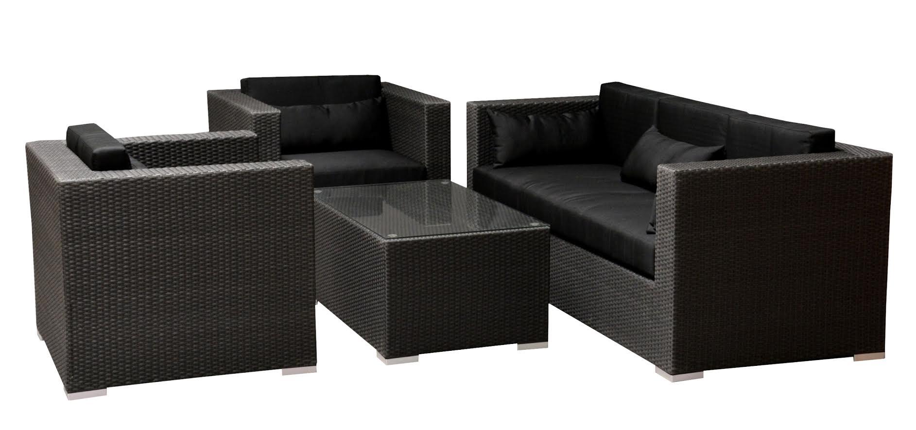 Lounge havemøbelsæt. Polyrattan - Lounge havemøbelsæt. Udført i sort polyrattan. Bestående af to stole, sofa samt bord med glasplade. Med vandafvisende hynder samt puder. Mål: Stol: H. 70 cm. B. 86 cm. Sh. 31/46 cm. Sofa: H. 70 cm. B. 185 cm. SH. 31/46 cm. Bord mål: B. 60 cm....