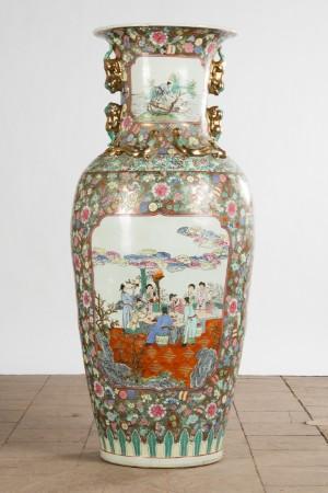 Vase/gulvvase, Kina, porcelæn - De, Köln, Kunst- Und Auktionshaus Herr - Stor vase/gulvvase af porcelæn, Kina. Høj balusterform med udtrukket mundingskant, omløbende blomsteragtigt ridsemønster og billedfelter med figurative motiver, polykromt maleri, H. 123 cm - Ø 55 cm, fremstå - De, Köln, Kunst- Und Auktionshaus Herr