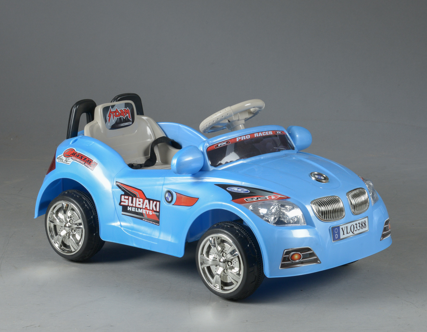 Elektrisk bil / Elbil til børn 3 år - Elektrisk bil / Elbil til børn, udført af farvet plastik, med forældrekontrol/fjernbetjning, bil med fodspeeder, fremad- og bakgear, styrtbøjle, blinkende, farvet lys, horn og musik. L. 85 cm, B. 53 cm. Fremstår ubrugt i original emballage