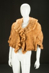 Kort poncho-jakke af strikket skandinavisk mink. Str. M