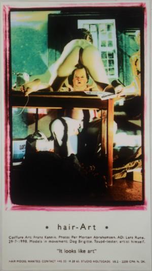 """Frans Kannik, fotostat, Toupé Prøven. - Dk, Herlev, Dynamovej - 'Toupé Prøven / Hair-art' af Frans Kannik (1949-2011), fotostat. Mål. 204 x 115 cm. (207 x 118)."""" Proveniens: Familiens eje, boet efter Frans Kannik. Den danske serigraf og kunstner, Frans Kannik, var i 1980'erne en af de grundl - Dk, Herlev, Dynamovej"""
