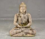 Buddha skulptur, sittande. Skulpterad sandsten