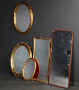 M.J. Spejl af teaktræ samt samling guldfarvet spejle. (5)