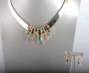 Designer jewelry set in 18k with diamonds & emeralds - Be, Antwerpen - Designer Unika jewelry set in 18k yellow gold, hallmarked, with brilliant cut diamonds & emeralds & square cut emeralds approx. 0.53ct & 3.59ct in total Colour: Top Wesselton (F-G) Clarity: SI Necklace diameter(length): 17.3cm Necklace wei - Be, Antwerpen