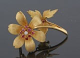 18kt. diamond ruby & brooch with floral motive approx. 0.02ct