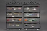 Stor samling øreringe af sterlingsølv og forgyldt sterlingsølv med smykkestativer