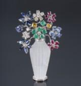 Blomsterbroche af  18 kt hvidguld med brillanter, smaragder rubiner og safirer