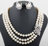 18kt. Akoya pearl and diamond necklace and earrings approx.10.60ct
