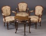 Tre Armstole samt sidebord, rococoform (4)