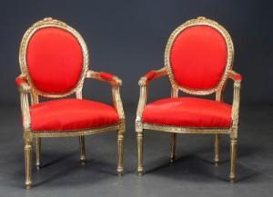 To armstole, guldbemalet træ (2) - Dk, Helsingør, Støberivej - To armstole i rokoko stil, guldbemalet træ. rigt udskåret, sømbeslået rødt stof. H. 102 Sædehøjde 46 cm. Afskalninger pletter og mindre ridser - Dk, Helsingør, Støberivej