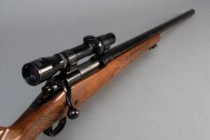 Jagtriffel Winchester model 70 kal 222 REM - Dk, Næstved, Gl. Holstedvej - Jagtriffel Winchester model 70 kal 222 REM. Våbennummer G923429. PL 58,5 cm, TL 114,5 cm. Monteret med Count 2,5x20 kikkertsigte. Fremstår med brugsspor. Våbentilladelse påkrævet. - Dk, Næstved, Gl. Holstedvej