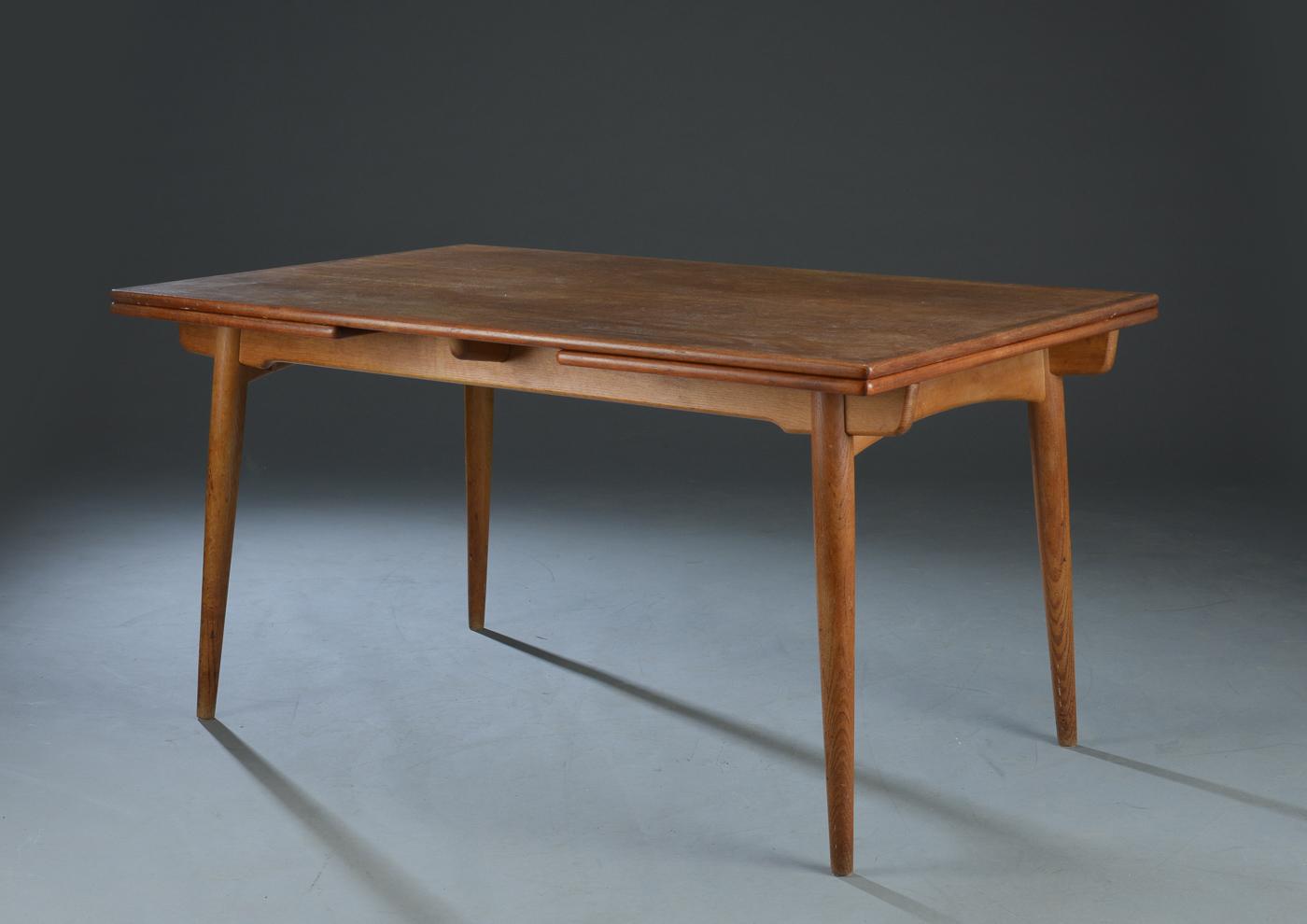 Hans J. Wegner. Spisebord model AT- 312 - Hans J. Wegner (1914-2007). Spisebord af eg- og teaktræ, med hollandsk udtræk, runde tilspidsede ben. Fremstillet hos Andreas Tuck, model AT-312. H. 72, L. 140/240, B. 90 cm. Fremstår med brugsspor herunder ridser og mærker