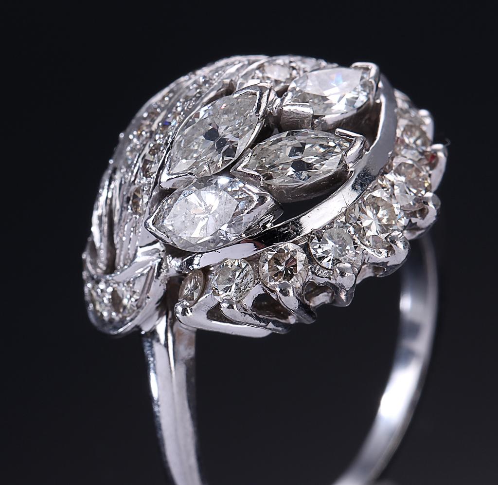 Vintage cocktailring af platin, i alt ca. 2.20 ct. 1900-tallets anden halvdel - Vintage cocktailring af platin prydet med tre større navetteslebne diamanter og 31 større og mindre brillantslebne diamanter, i alt ca. 2.20 ct. Farve: Top Crystal- Top Cape (I-K). Klarhed: SI1-P1. Vægt ca. 11,8 g. Front B. 1,9 cm. Ringstr....
