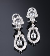 Pear-shaped diamond earrings, 14 kt. white gold, total approx. 1.05 ct. (2)