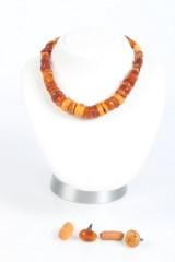 Samling ravsmykker, bl.a. kæde med knapformede perler. (72 gr.)