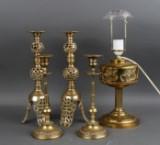 To par stager samt en bordlampe af messing. 1900-tallet (5)