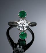 Brillant- og smaragdring - ca. 1.10 ct. TW/VS