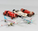 Samling leksaksbilar 'alfa och benz' samt leksaksflygplan i bemålad plåt. (5)