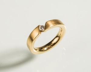 Ring 750 guld med brillant ca. 0.15 ct. - De, Köln, Kunst- Und Auktionshaus Herr - Ring i 750 guld - 10,5 g. Matteret overflade, med brillant, ca. 0.15 ct. W-VVS. Ringstr.: 56. Fremstår med minimale brugsspor. - De, Köln, Kunst- Und Auktionshaus Herr