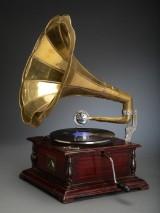Gramofon 'His Masters Voice' i kasse af mahognipoleret træ.