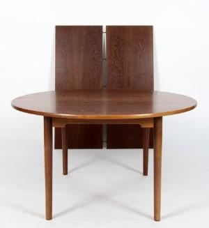 Seneste Hans. J. Wegner. Rundt spisebord røget egetræ. Model GE-528 (3 DE02