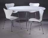 Piet Hein & Bruno Mathsson. Supercirkulært spisebord samt Arne Jacobsen. Sæt på fire stole model 3107 (Syveren) (5)
