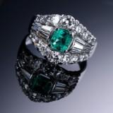 Italiensk smaragd- og diamantring af 18 kt. hvidguld. Ca. 1980'erne