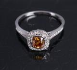 Brillantring af 18 kt. hvidguld med større cushion sleben diamant på 0.51 ct. Farve: Natural Fancy Deep Brownish Yellowish Orange. GIA certifikat