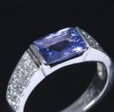 De Hago. Tanzanit- og diamantring af 950 platin, i alt ca. 1.60 ct