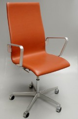 Arne Jacobsen. Oxford office chair with armrests, model 3273, cognac-coloured leather