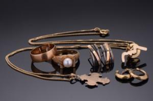 Samling smykker af guld (8) - Dk, Herlev, Dynamovej - Samling smykker af guld bestående af halskæde af 18 kt. Guld med vedhæng i form af Dagmarkors af 8 kt. Guld. par små creoler af 8 kt. Guld, par ørestikker af 14 kt. Guld og sterlingsølv, bred ring af 14 kt. guld (med graverin - Dk, Herlev, Dynamovej