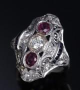 Rubin- og diamantring af 18 kt. hvidguld flankeret af små safirer. 1900-tallets føste halvdel