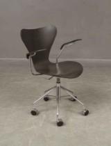 Arne Jacobsen, Fritz Hansen. Series 7 office chair with armrests, model 3217