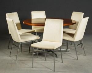 Samling, spisebord, fremstillet hos Bornhold, samt 6 stole (7) - De, Hamburg, Große Elbstraße - Spisebord, fremstillet hos Bornhold, Bordplade I Plaisander, samt 6 stole. Stole med sædepolstring, betrukket med stof, beige/cremefarvet meleret. Mål på bordet ca.: H. ca. 73 cm, Ø 120 cm. Fremstår med alders- og bru - De, Hamburg, Große Elbstraße