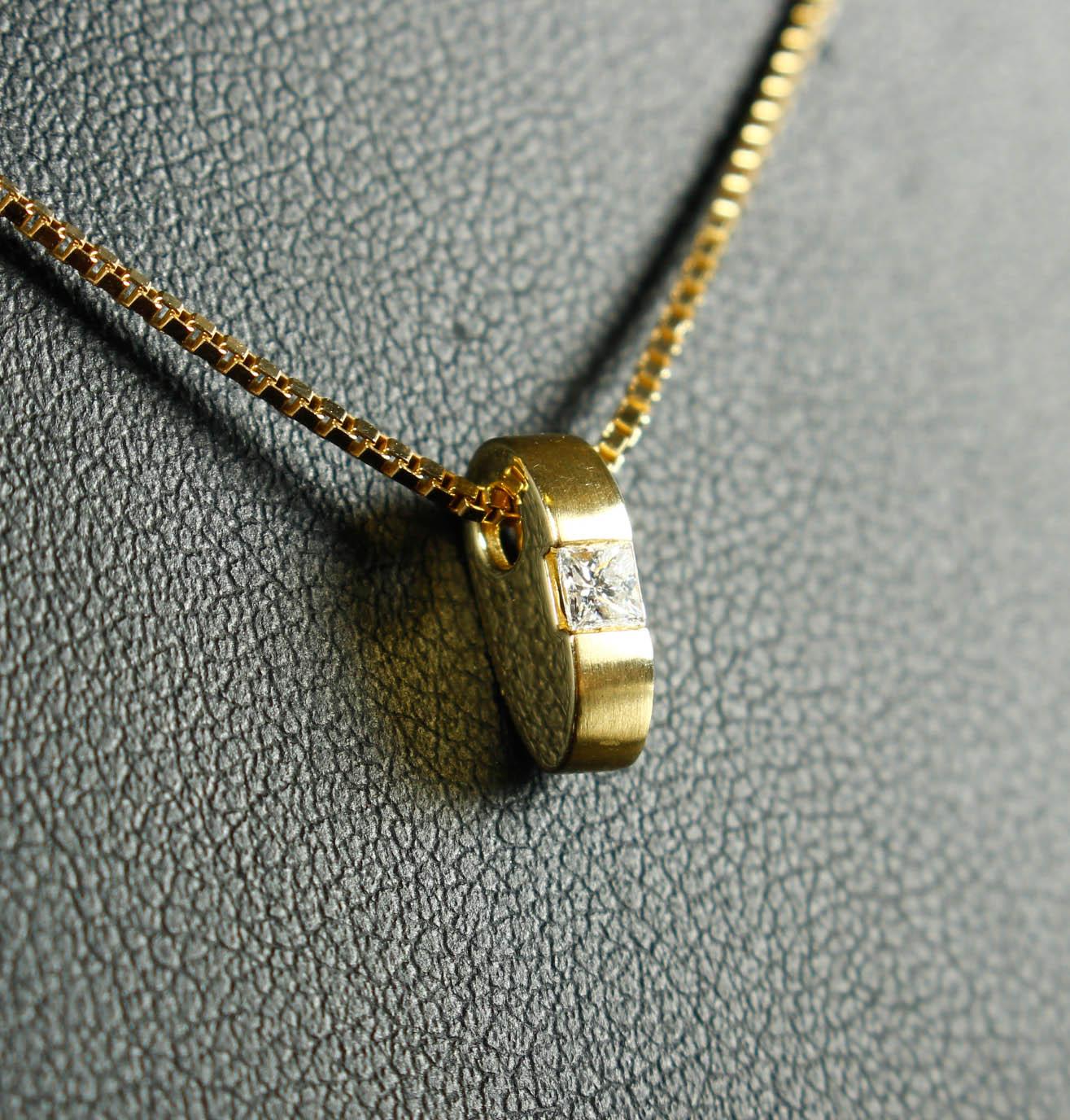 Br. Jensen. Brillantvedhæng, 14 kt. guld - Br. Jensen. Vedhæng af 14 kt. guld prydet med to brillanter på tilsammen 0.10 ct. Farve: Wesselton (H). Klarhed: Si1. H: 21 mm. Medfølges af Veneziakæde på 42 cm . fremstillet af forgyldt sterlingsølv. Vejledende udsalgspris: kr. 5.900.-