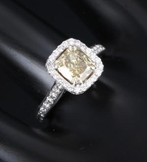 Diamant solitairering af 18 kt. hvidguld i alt ca. 2.25 ct - Dk, Vejle, Dandyvej - Diamant solitairering af 18 kt. hvidguld med større radiantsleben diamant på ca. 1.25 ct. Måler ca. 6,79 x 6,15 x 3,71 mm. Farve: Light Yellow (D-Z). Klarhed: P1. Flankeret af talrige hvide større og mindre brillantslebne diamant - Dk, Vejle, Dandyvej