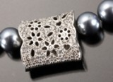 Ole Lynggaard. Blonde clasp, 18 kt. white gold with diamonds, 0.86 ct. (2)