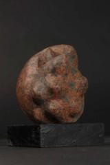 Ole Mynster Herold. 'Formia'. Skulptur af rød granit på sokkel af træ