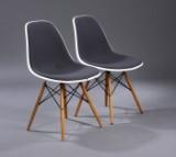 Charles Eames. Et par skalstole, model DSW, forsidepolstret.  (2)