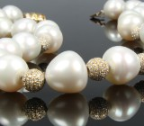 South Sea cultured pearl necklace with diamond balls. Pearl dimensions approx. 15.10x14.62 to approx.16.21x17.31 mm
