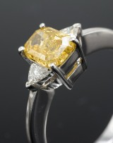 Diamantring med Fancy Canary Yellow diamant, og 2 trillionslebne diamanter