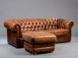 Tre-personers Chesterfield sofa samt puf, brunt læder (2)