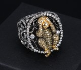 Large brilliant-cut diamond ring, 18 kt. gold with Mizaru ape